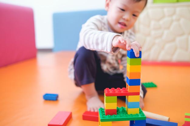 trẻ học hỏi với phương pháp montessori