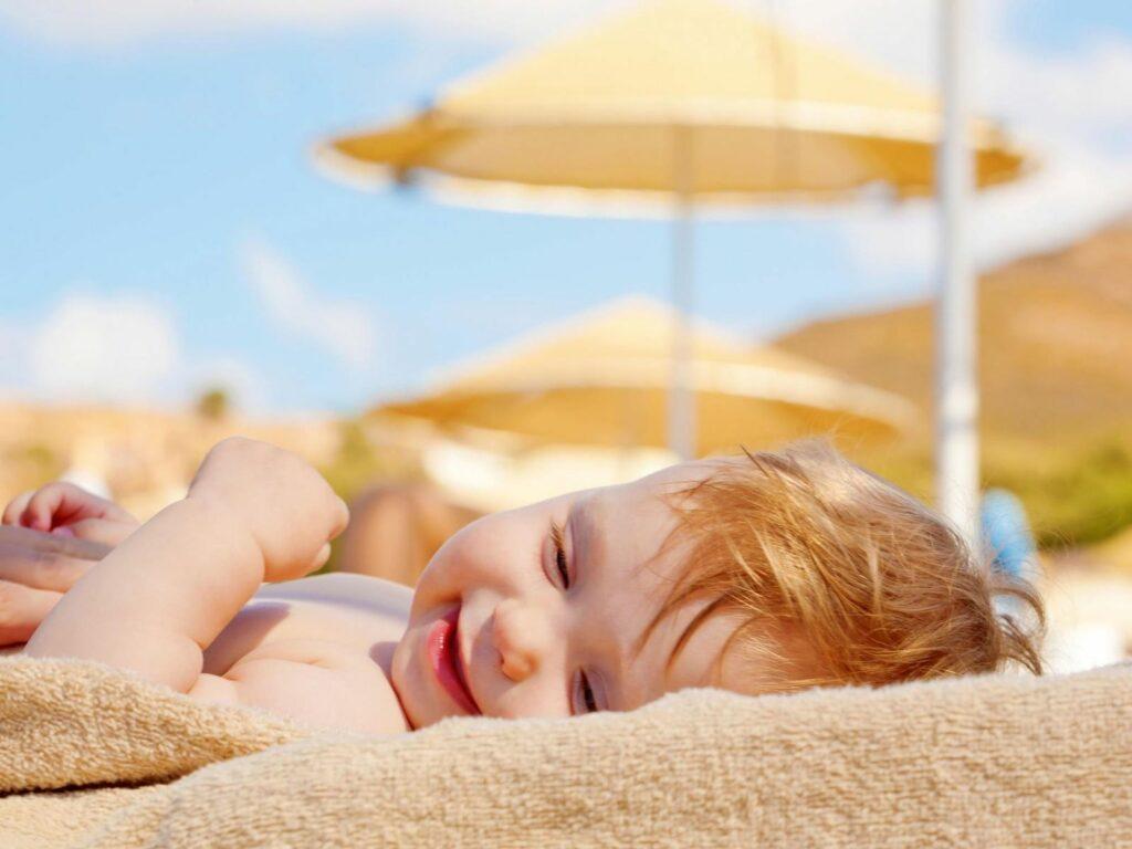 Cách tắm nắng cho bé đúng