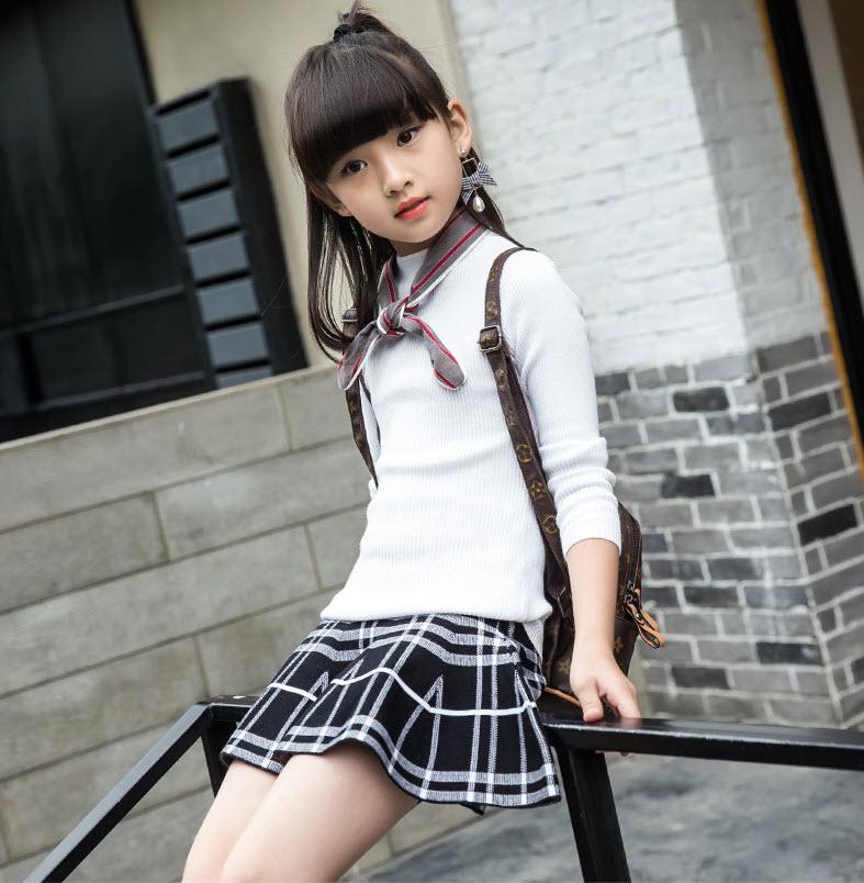 Trang phục mùa hè cho bé gái phù hợp: chân váy caro