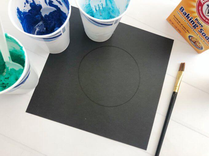 Vẽ vòng tròn trên miếng thẻ đen/ tấm bìa cứng