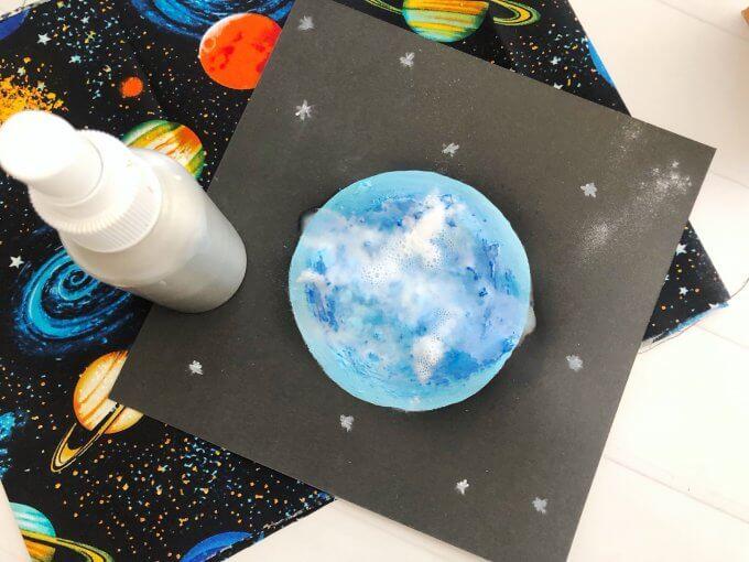 Xịt giấm vào bức tranh để hoàn thành thí nghiệm giáo dục STEAM vẽ trăng sơn mờ