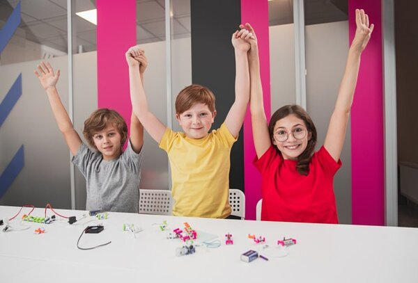 Trẻ có tinh thần đồng đội khi học robotics