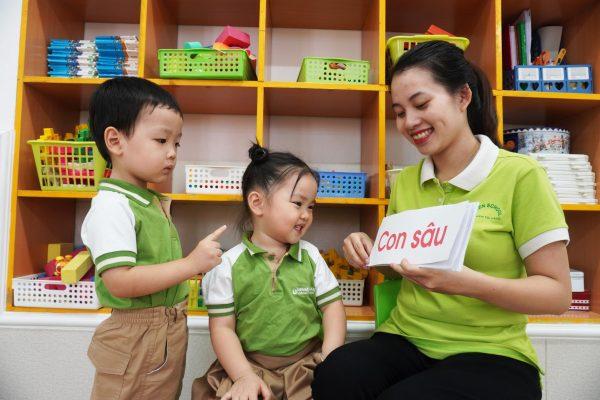 Dạy trẻ đọc từ với thẻ flashcard