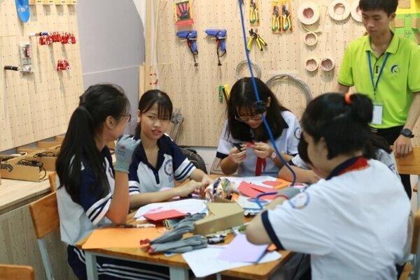 Học sinh thực hành trong lớp học STEM