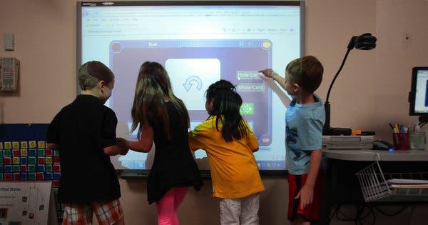 Các bé sử dụng công nghệ trong học tập và vui chơi