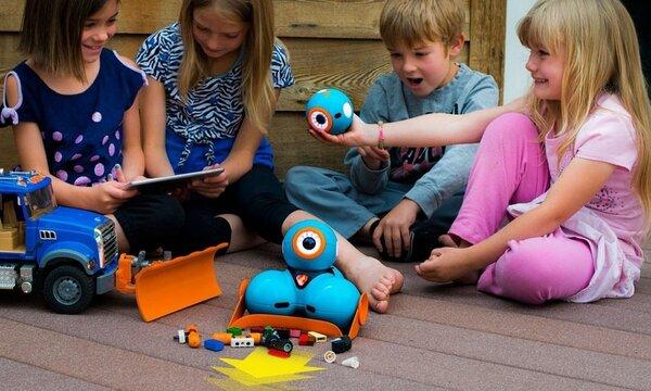 Robot lập trình Dash sẽ là cầu nối giúp các bé vui chơi với bạn bè hiệu quả