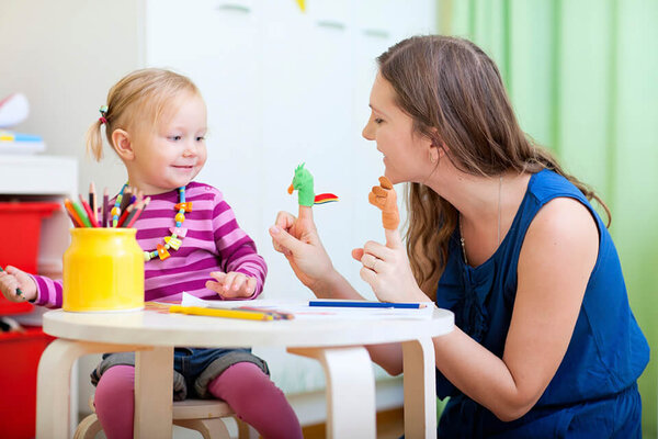 Dạy trẻ kỹ năng giao tiếp, ba mẹ cần phải thường xuyên tâm sự cùng con
