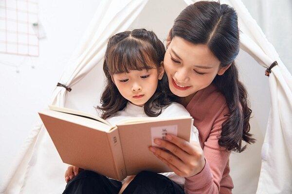 Dạy trẻ kỹ năng giao tiếp bằng cách thường xuyên đọc sách với con