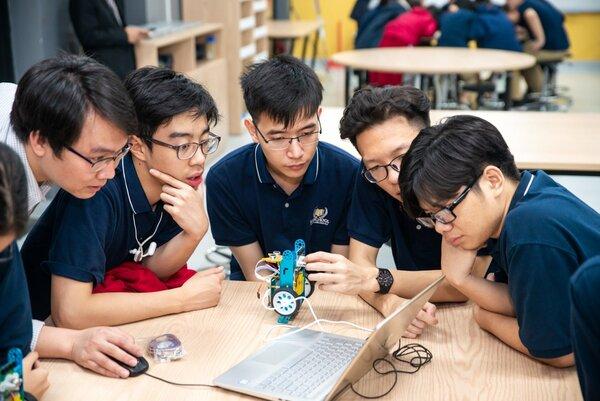 Đội ngũ STEM Việt Nam làm việc cùng robot xBot