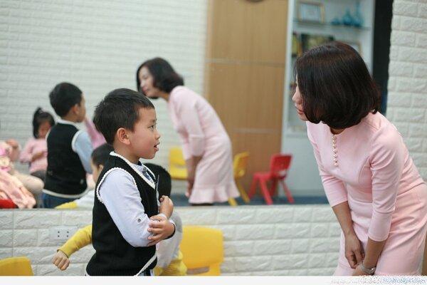 Cách dạy con ngoan, lịch sự khi chào hỏi người lớn