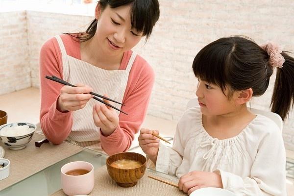 Cách cha mẹ Nhật dạy con tự lập trong bữa ăn