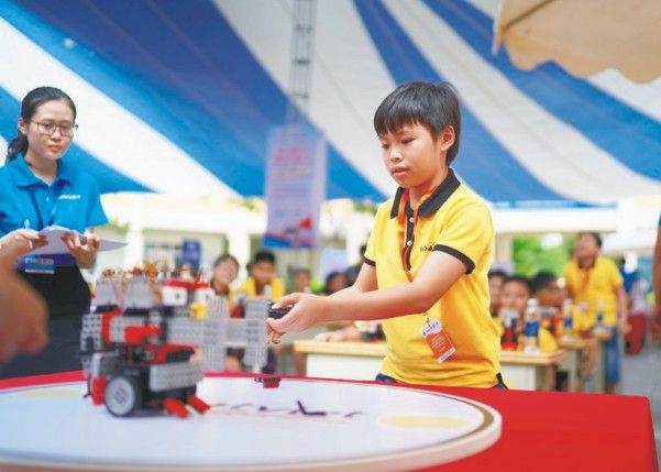 Học sinh tham gia cuộc thi về STEM Robot